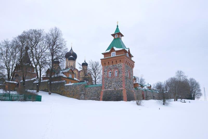 Bewölkter Wintertag an den Wänden des Pyukhtitsky-Annahme-Klosters Kuremae, Estland lizenzfreies stockbild