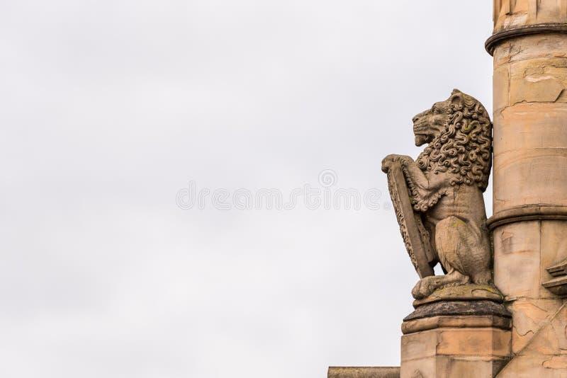 Bewölktes Tagesansichtstein-Löwesymbol in der gotischen Architektur in England stockfotos