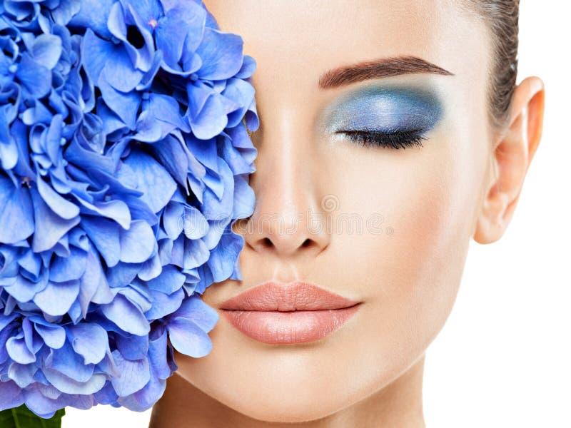 Bewölkung der jungen schönen Frau mit blauem Augenschminken lizenzfreies stockfoto