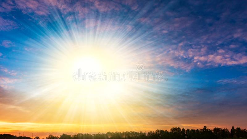 Bew?lkte Landschaft D?mmerung der Sonne Leuchte vom Himmel lizenzfreie stockfotografie