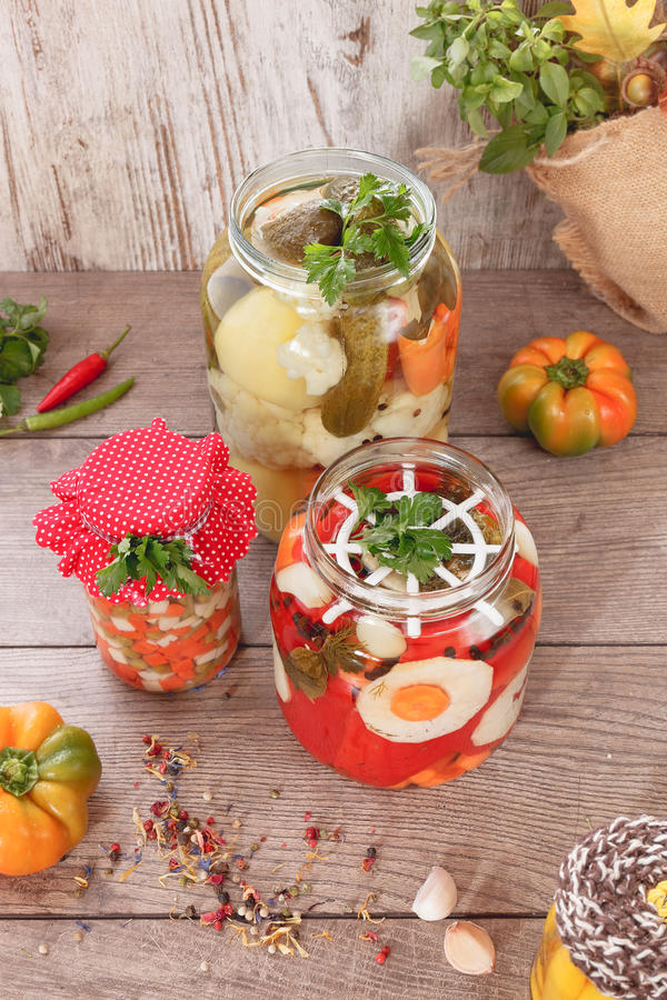 Bewaarde groenten en kruiden stock foto's