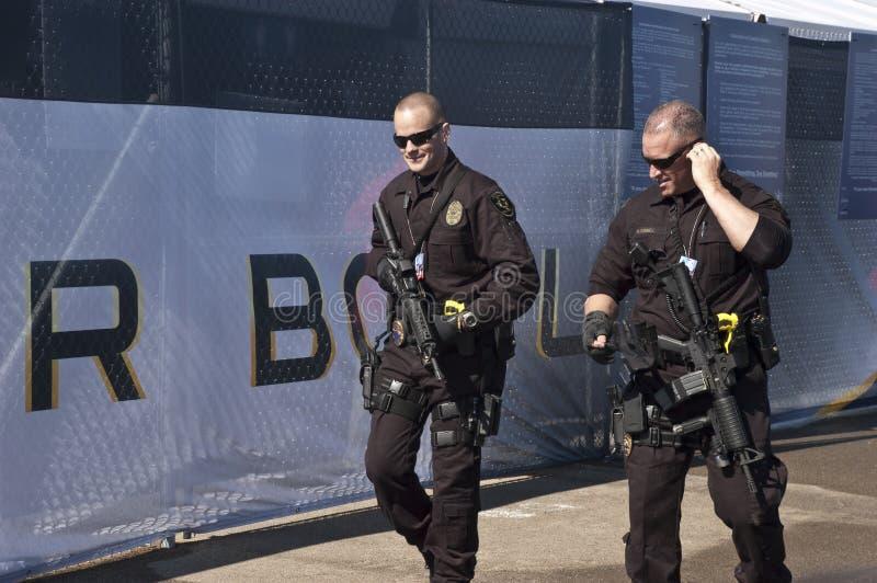 Bewaffnete Sicherheitsbeamten bei Superbowl XLV lizenzfreies stockfoto