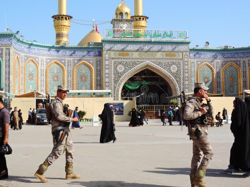 Bewaffnete Soldaten außerhalb des heiligen Schreins von Abbas Ibn Ali, Kerbela, der Irak lizenzfreie stockbilder