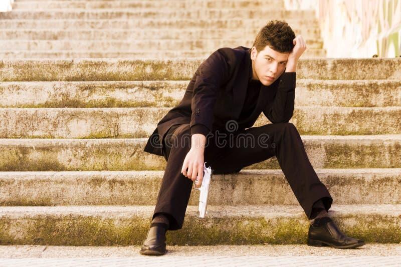 Bewaffneter Mann in den Treppen stockfoto