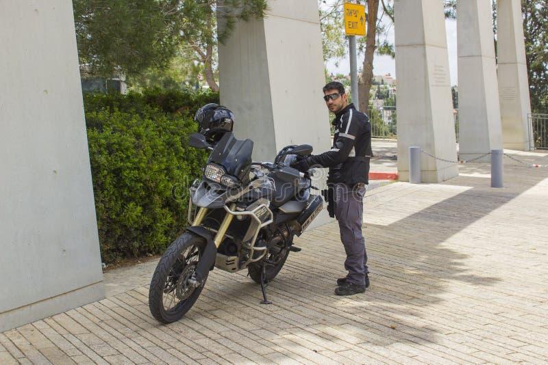 Bewaffneter Sicherheitsbeamte, der den Umkreis des Zusammentreffens am Eingang zum Yad Vashem Museum in Jerusalem Israel als secu stockfotos