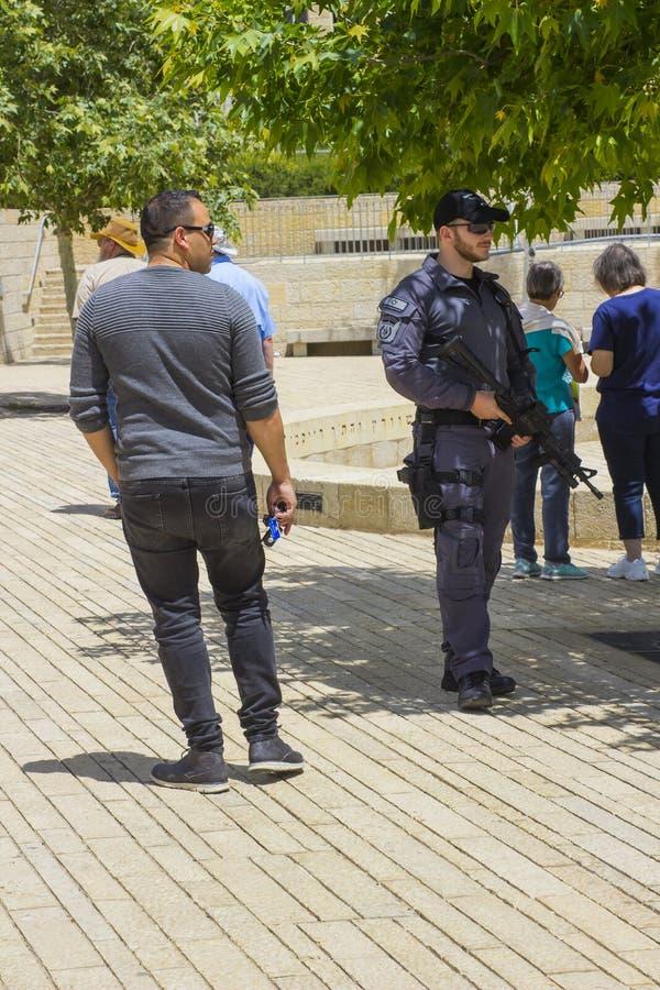 Bewaffneter Sicherheitsbeamte, der den Umkreis des Zusammentreffens am Eingang zum Yad Vashem Museum in Jerusalem Israel als secu lizenzfreie stockbilder