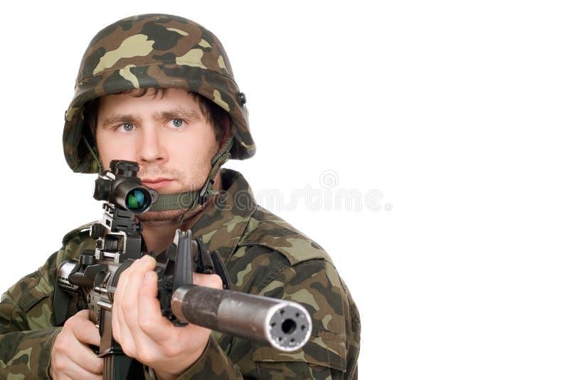 Bewaffneter Soldat, der m16 zeigt lizenzfreie stockfotografie