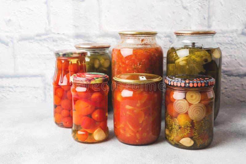 Bewahrung des Gemüses in den Banken G?rungsprodukte Ernten von Gurken und von Tomaten für den Winter lizenzfreie stockfotos