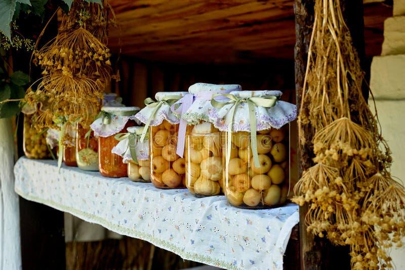 Bewahrung, die in den großen Gläsern salzt Ablagen f?r den Winter Bewahrung von Obst und Gemüse von für den Winter eingemacht stockbilder