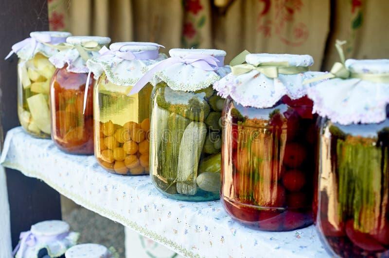 Bewahrung, die in den großen Gläsern salzt Ablagen f?r den Winter Bewahrung von Obst und Gemüse von für den Winter eingemacht lizenzfreie stockfotografie