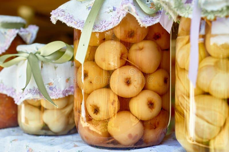 Bewahrung, die in den großen Gläsern salzt Ablagen f?r den Winter Bewahrung von Obst und Gemüse von für den Winter eingemacht lizenzfreies stockbild