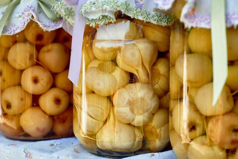 Bewahrung, die in den großen Gläsern salzt Ablagen f?r den Winter Bewahrung von Obst und Gemüse von für den Winter eingemacht stockfotos