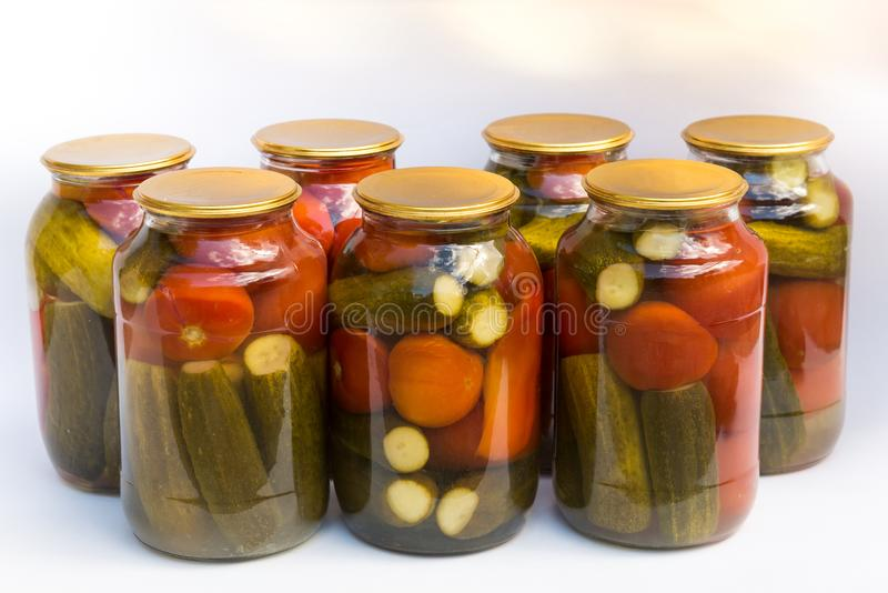 Bewahrung von einer Bank von Tomaten und von Gurken stockbild