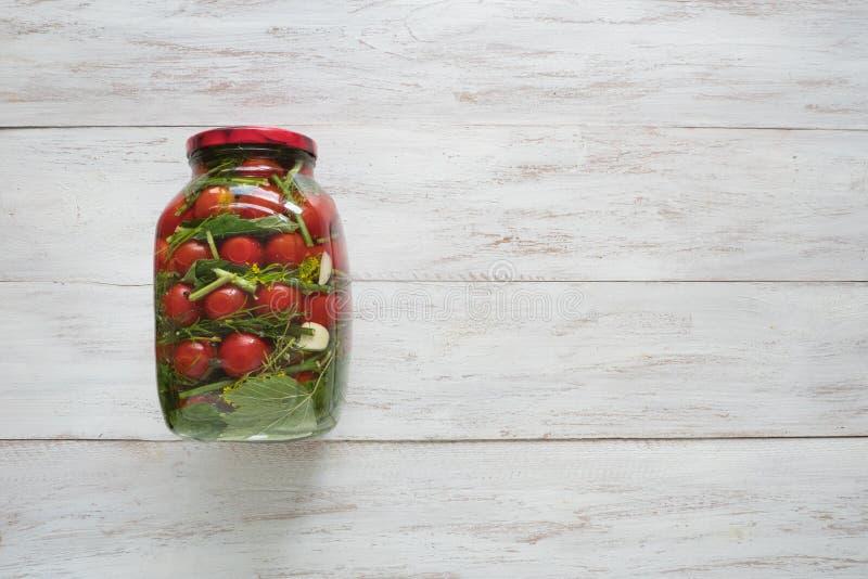 Bewahrung von Tomaten Ein Glas in Essig eingelegte Tomaten für den Winter lizenzfreies stockfoto
