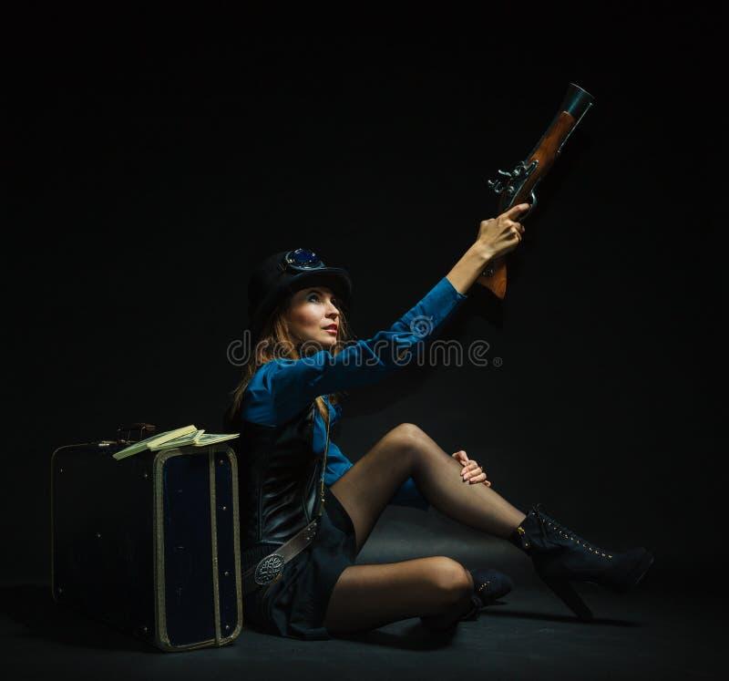Bewapend en gevaarlijk Steampunkmeisje stock fotografie