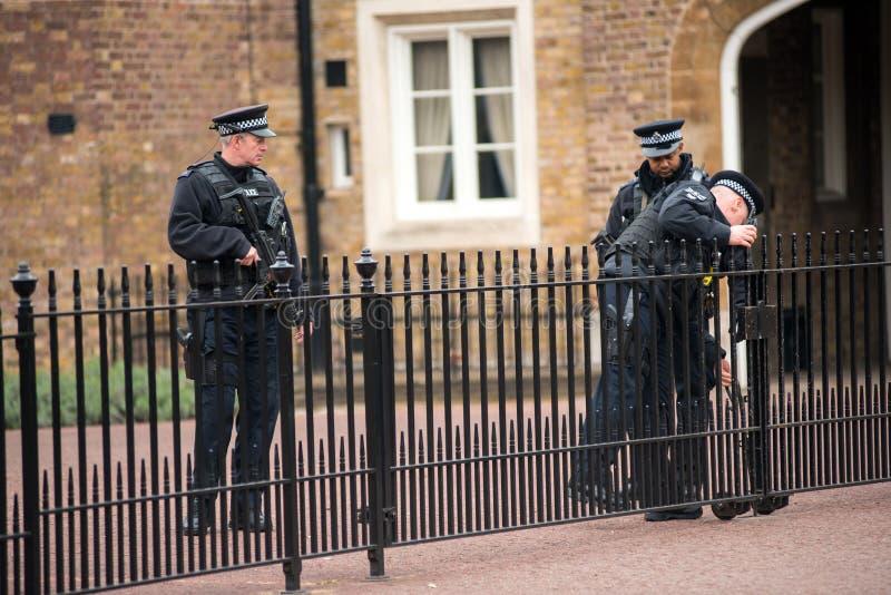 Bewapende Britse politiemannen op plicht royalty-vrije stock foto