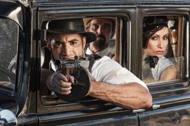 Bewapende Ganster die van Auto schieten royalty-vrije stock foto's