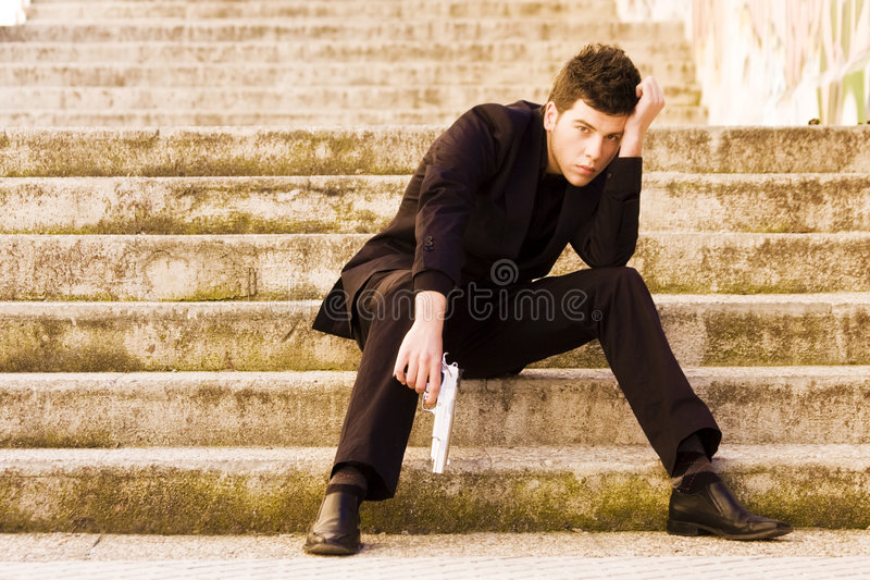 Bewapende mens in treden stock foto