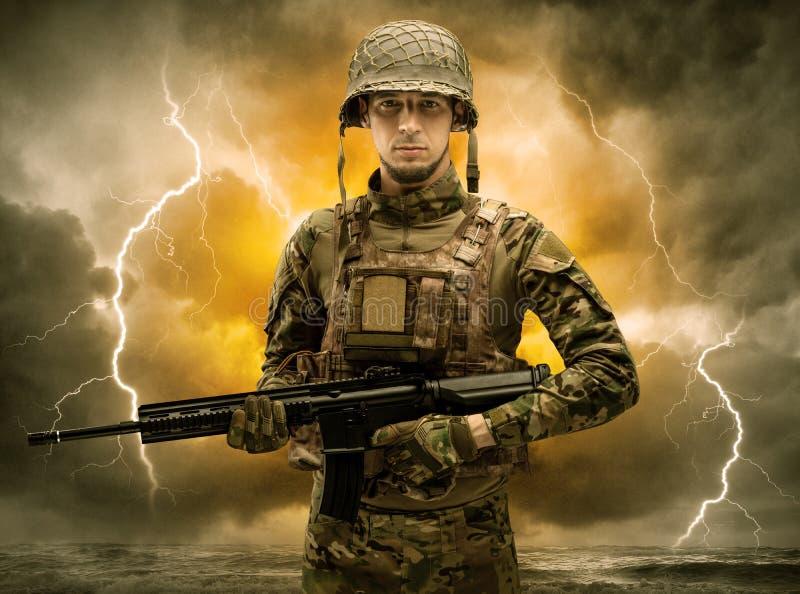 Bewapende militair die zich in een duister weer bevinden stock foto's