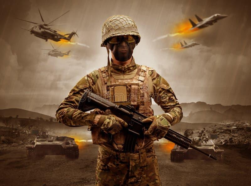 Bewapende militair die zich in het midden van een oorlog bevinden stock afbeelding