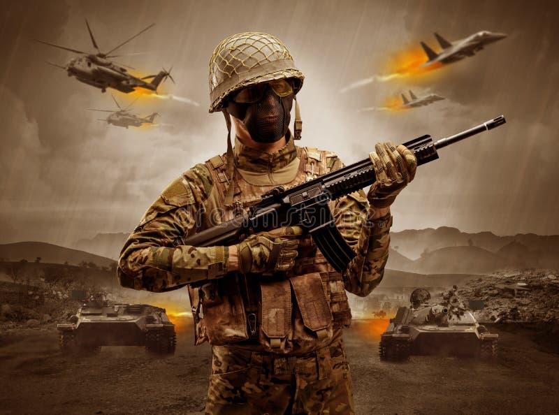 Bewapende militair die zich in het midden van een oorlog bevinden stock afbeeldingen