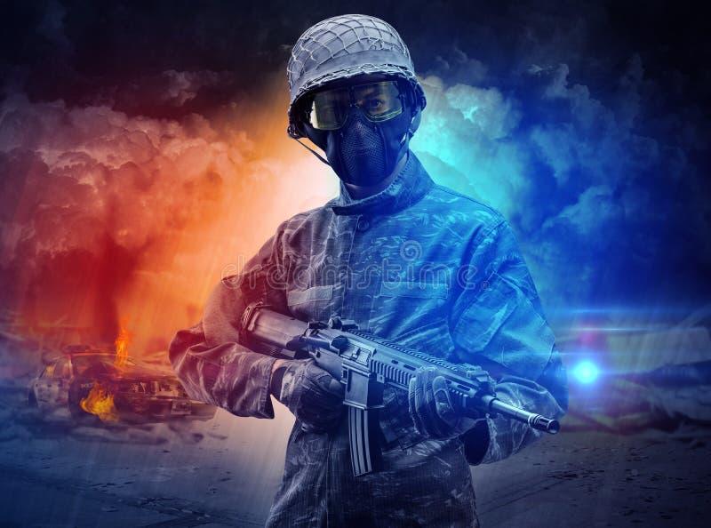 Bewapende militair die zich in het midden van stofstorm bevinden royalty-vrije stock afbeelding