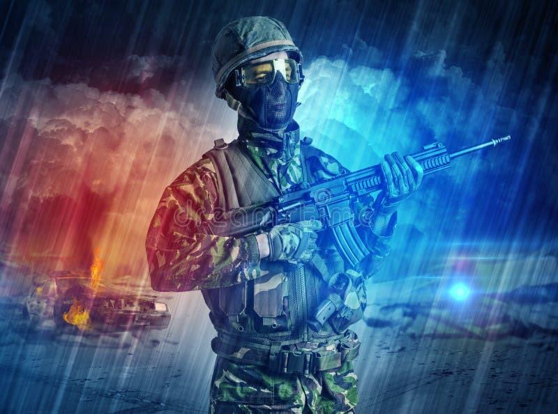 Bewapende militair die zich in het midden van stofstorm bevinden stock foto