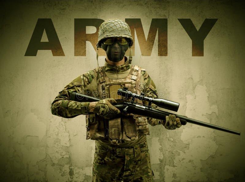 Bewapende militair met beschadigde muurachtergrond stock afbeelding