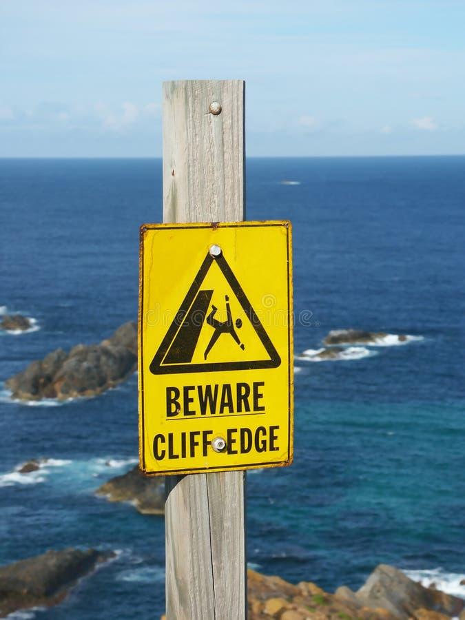 Beware do sinal da borda do penhasco fotografia de stock