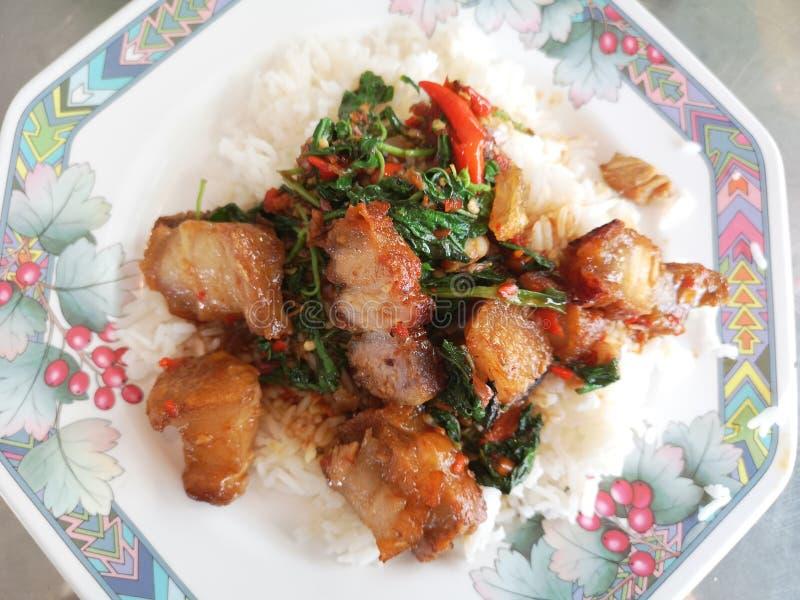 Beweeg Fried Spicy Crispy Pork met Thais basilicum stock fotografie