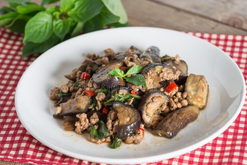 Beweeg gebraden aubergine met fijngehakt varkensvlees en basilicum stock afbeeldingen