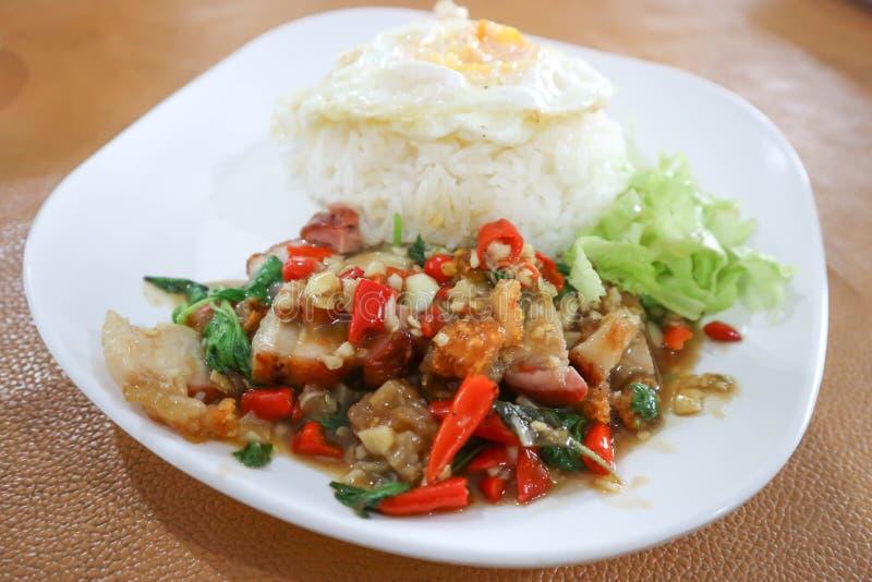 Beweeg gebraden basilicum met knapperige varkensvlees en rijst royalty-vrije stock foto's