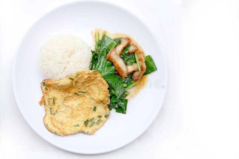 Beweeg gebraden boerenkool met knapperig varkensvlees en Thaise Omelet met rijst in witte schotel i op witte achtergrond, Thais V royalty-vrije stock afbeeldingen
