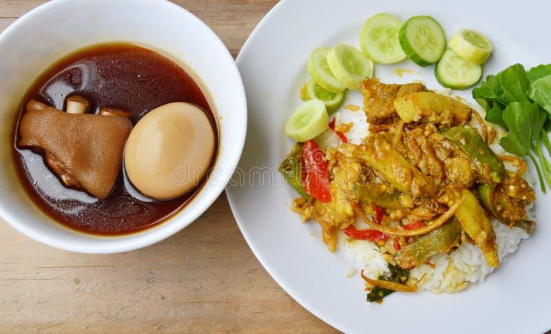 Beweeg gebraden everzwijn met rode kerrie en gekookt ei in Chinese bruine soep royalty-vrije stock foto's
