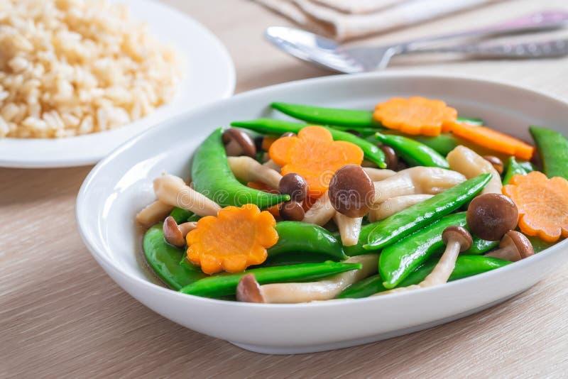 Beweeg gebraden gemengde groenten en ongepelde rijst, Vegetarisch voedsel royalty-vrije stock afbeeldingen