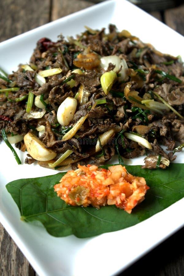 Beweeg gebraden gerecht Gemorst Gill Fungus met witte Spaanse pepers en lokale ui stock afbeeldingen