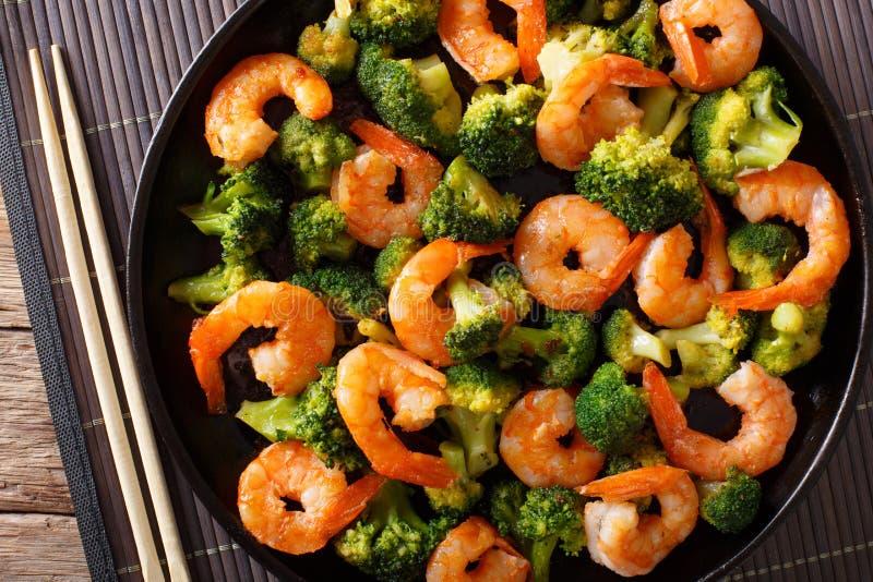 Beweeg gebraden gerecht met garnalen, broccoli en knoflook - Chinees voedsel clos stock foto