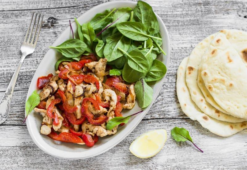 Beweeg gebraden gerecht van kippenborst en zoete Spaanse pepers, verse spinazie en eigengemaakte tortilla's royalty-vrije stock foto