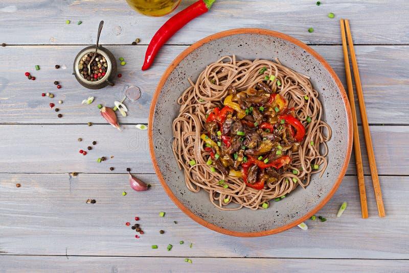 Beweeg gebraden gerecht van kippenharten, paprika, uien en boekweitnoedels royalty-vrije stock afbeelding