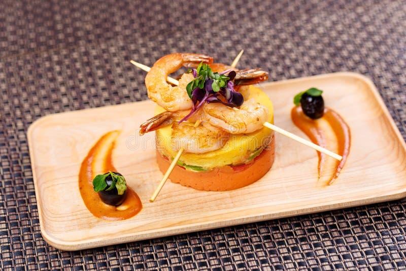 Beweeg gebraden gerechtgarnalen Gebraden garnalen met fijngestampte aardappels met saus stock foto's
