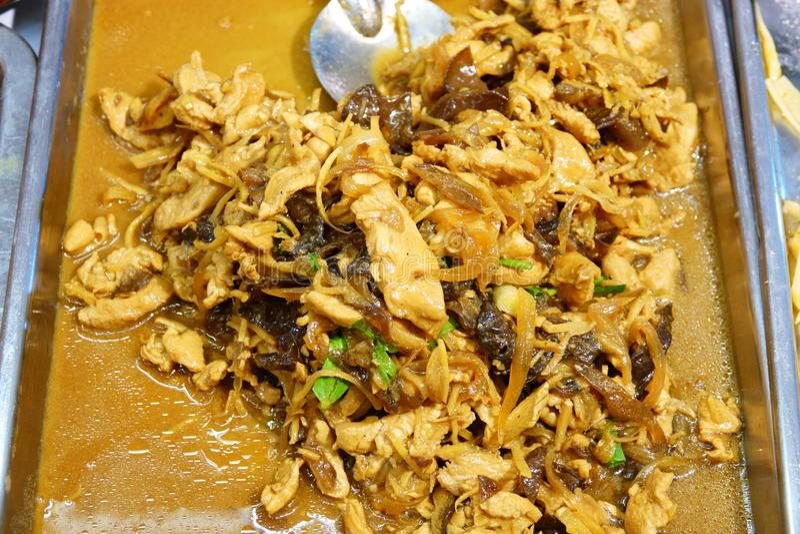 Beweeg gebraden Kip met dicht omhoog Gember, Thais voedsel stock foto's