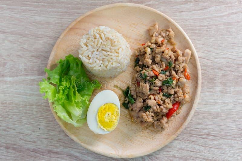 Beweeg gebraden kippenwhit basilicum op rijst stock fotografie