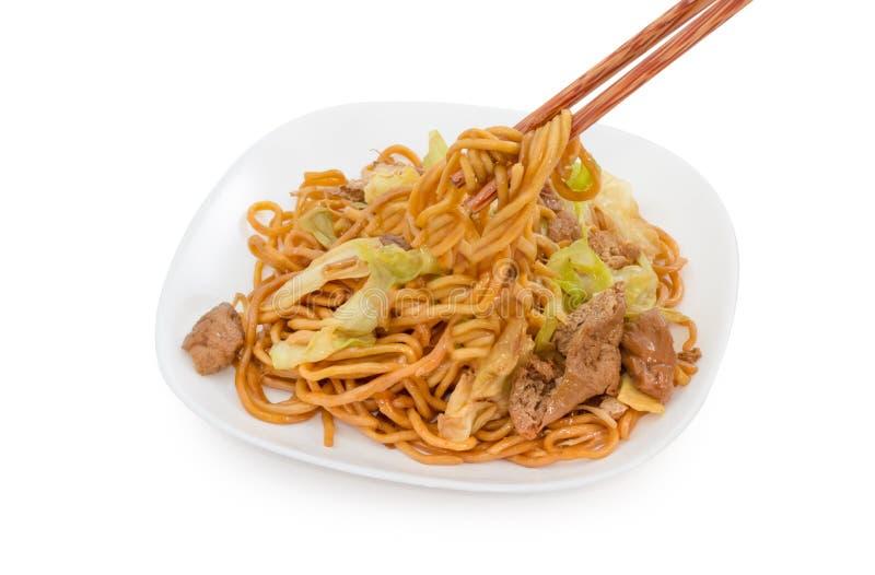 Beweeg gebraden noedels op witte achtergrond, Chinees voedsel stock fotografie