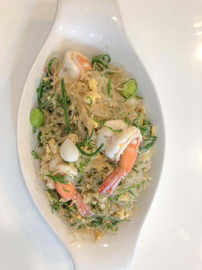Beweeg gebraden vermicelli met ingelegd knoflook, bittere boon, Acaciapennata en overzees voedsel, Thais voedsel royalty-vrije stock afbeeldingen