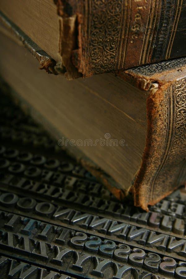 Beweegbaar type met oud boek stock foto's