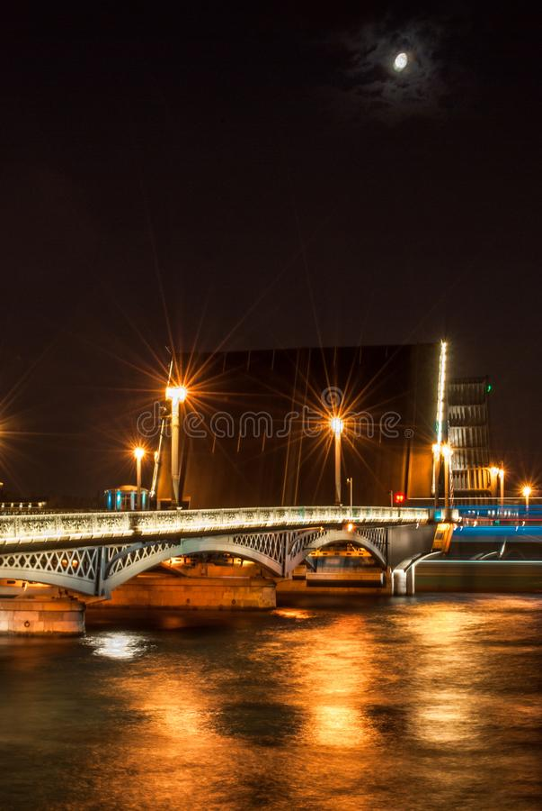Beweegbare Blagoveshchensky-brug in Petersburg stock afbeelding