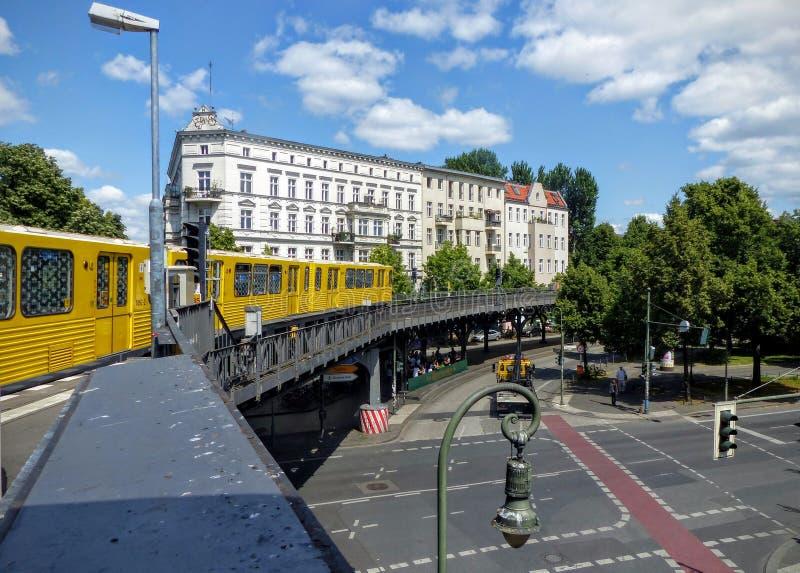 Beweegt gele metrobuitenkant die het district van Kreuzberg in Berlijn doorneemt duitsland royalty-vrije stock foto