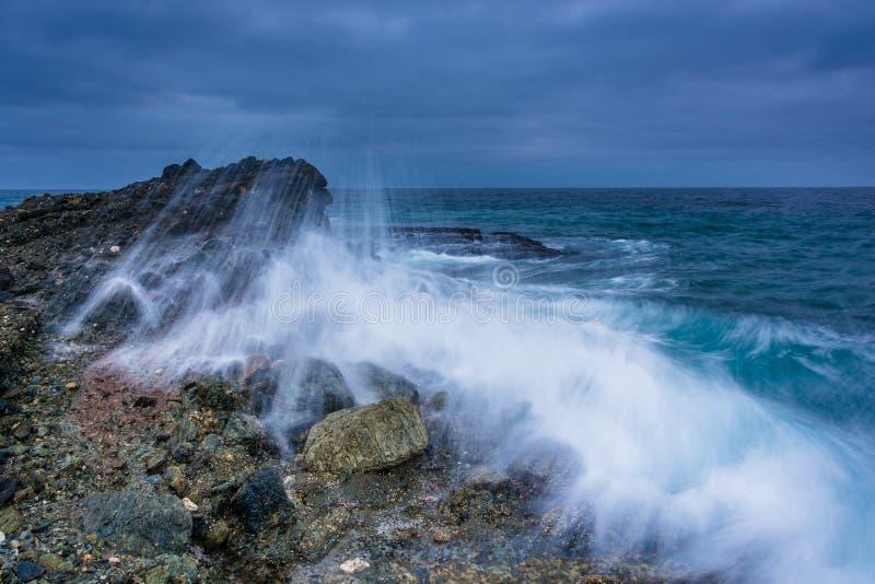 Bewegen Sie auf einem Felsen Felsen-Strand, im Laguna Beach bei Tisch zusammenstoßen wellenartig stockfotos