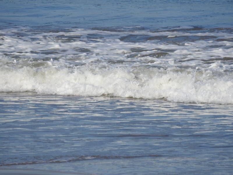 Bewegen Sie das Brechen auf dem Ufer des Strandes wellenartig stockfotografie