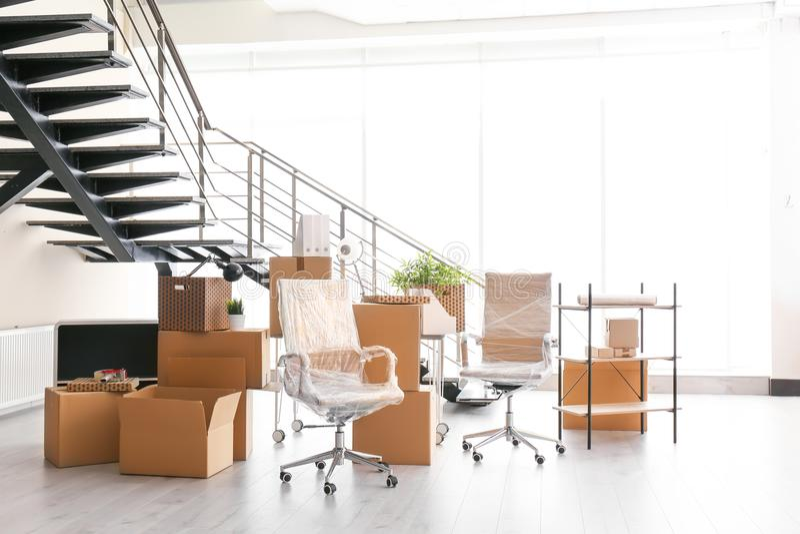 Bewegend dozen en meubilair stock afbeelding